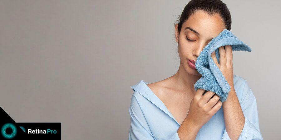 Pessoa passando uma toalha sobre olho com conjuntivite