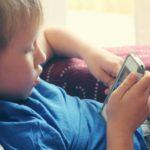 4 motivos porque o uso de celular faz mal à visão de crianças!